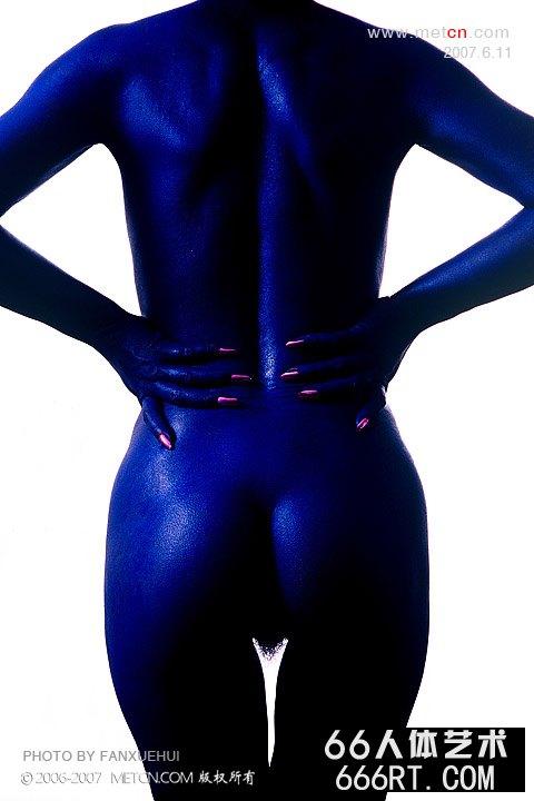 涂满蓝色涂料的蓝色人体雕塑