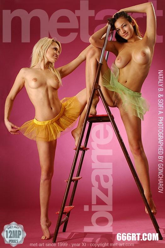超模SOFIA和MELANY粉红屋子棚拍-1_gogo女人体高5清图片