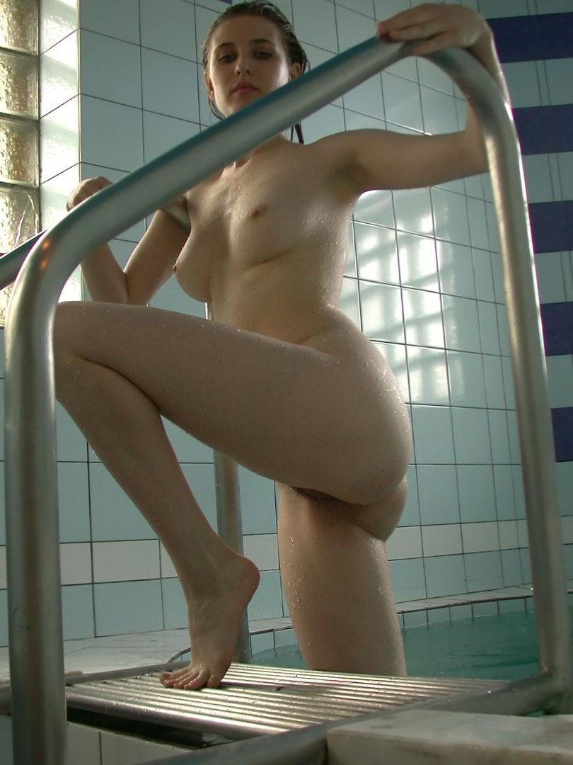 身材很好的长头发妹子Alisa桑拿室人体写真