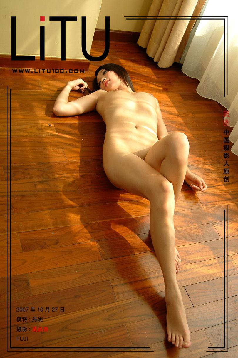 皮肤粉嫩的丹妮07年10月27日室拍