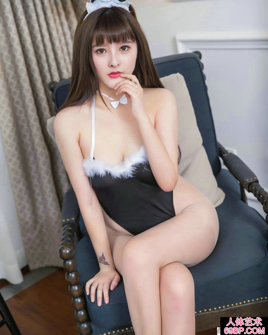 丰腴妩媚的兔女郎杨曼妮跪地拍摄人体