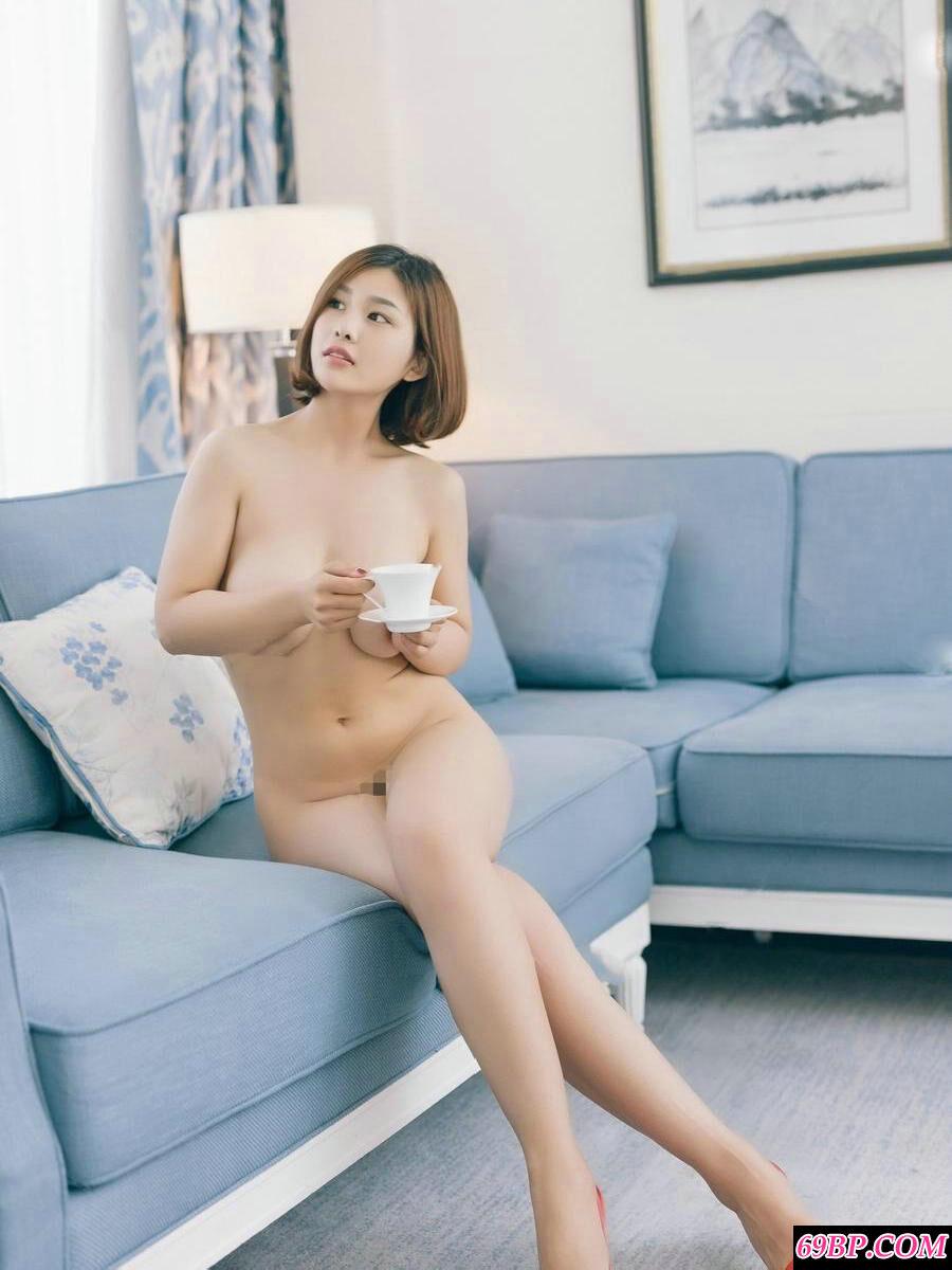 丰润白皙的嫩模盼盼全裸居家人体写真
