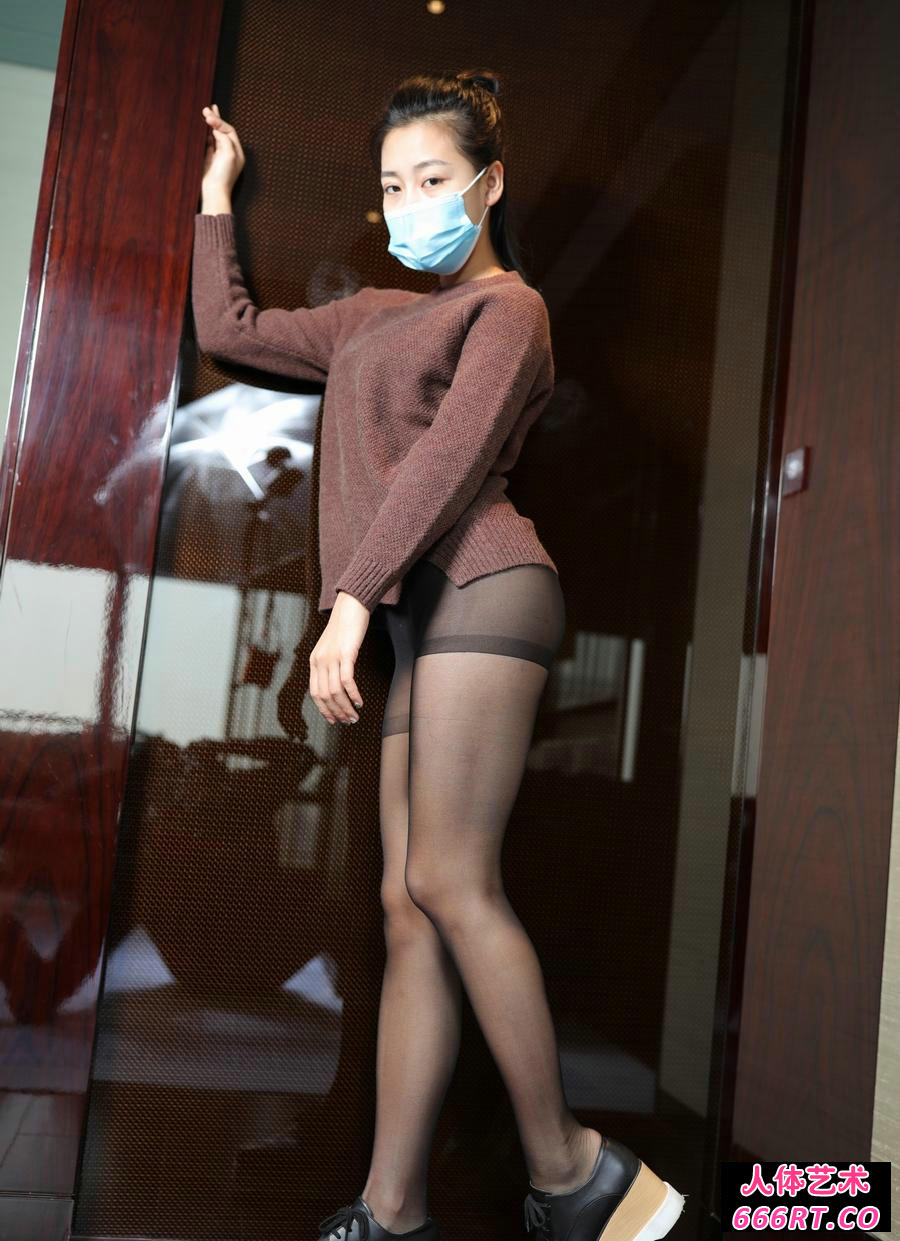 戴口罩的嫩模红红穿超薄黑丝无内人体写照