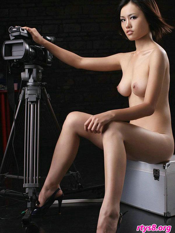 暗影下室拍摆弄写真机的漂亮超模