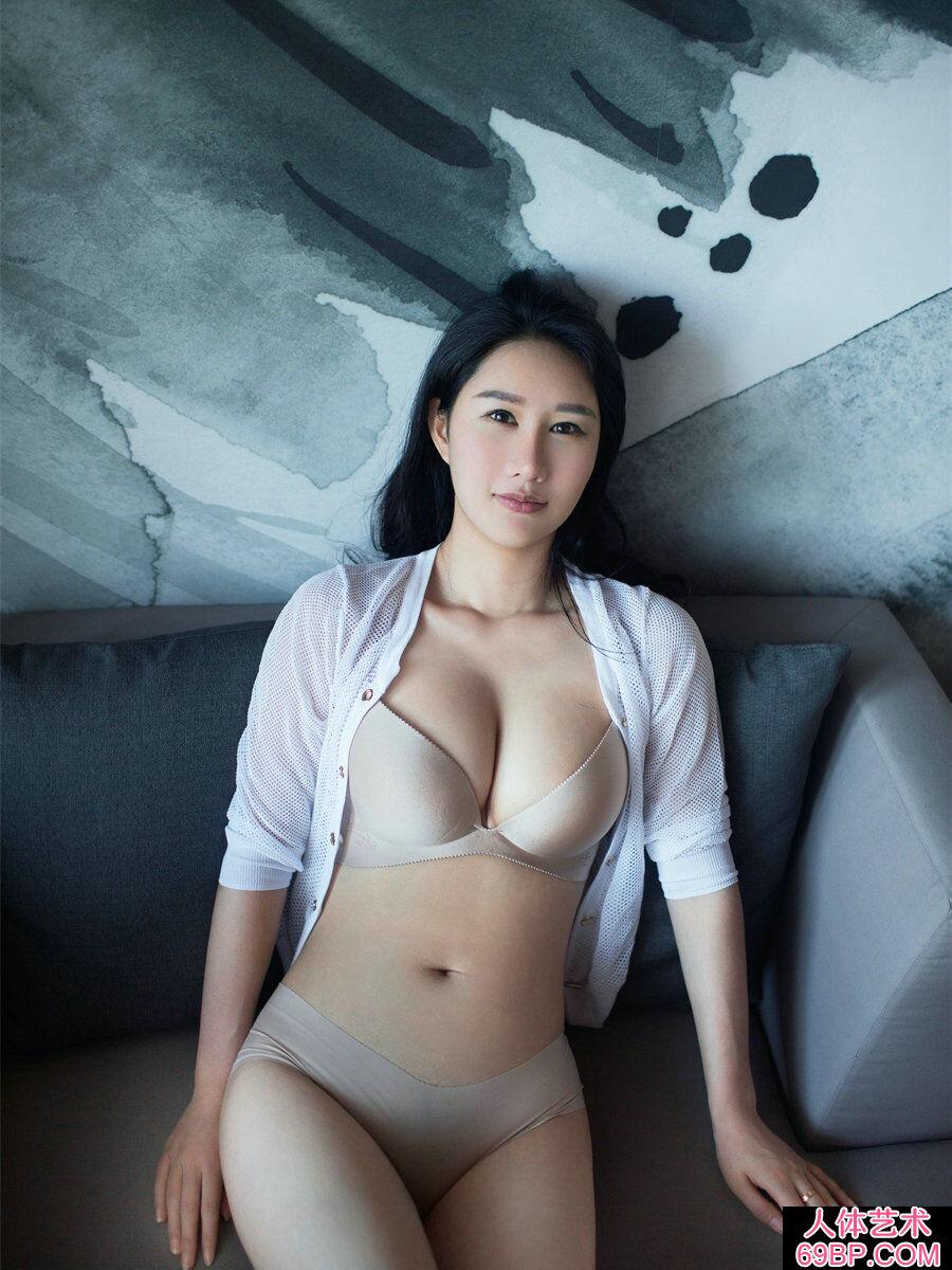 睡在大浴缸里的谭冰柔嫩人体艺术