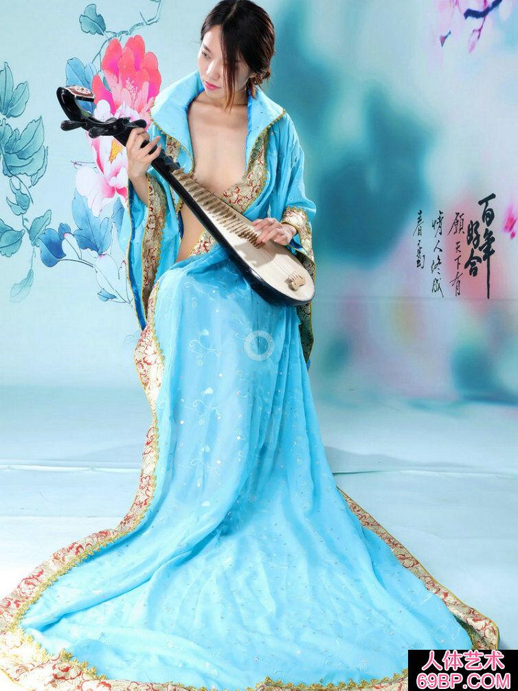 弹琵琶的蓝裙仙女阿薇人体摄影