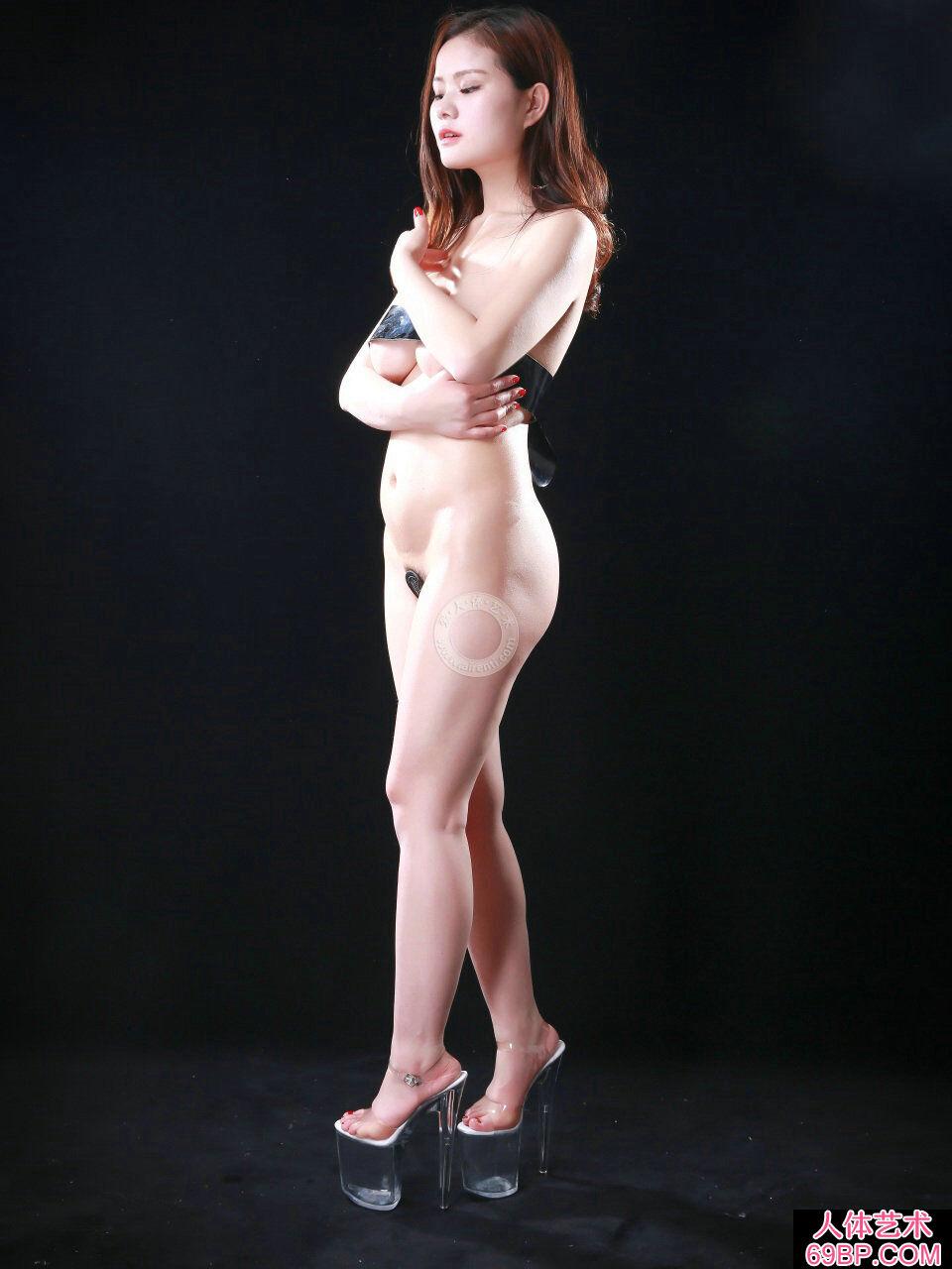 黑色背景棚拍嫩模阿玉胶带裹胸人体写照