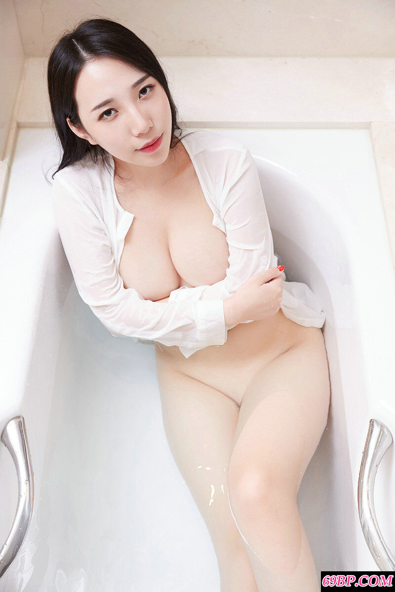 丰腴白皙的大胸妹子极限诱惑写照